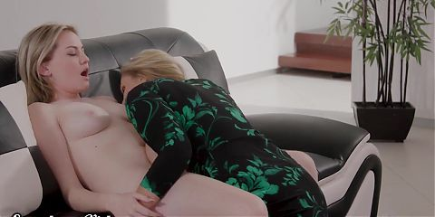 Sweetheart MILF Julia Ann Eats Out Young Lesbian and Facesits